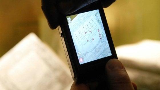 Bari, scattavano foto alle chiavi di casa con il telefonino per svaligiare appartamenti: 14 arresti