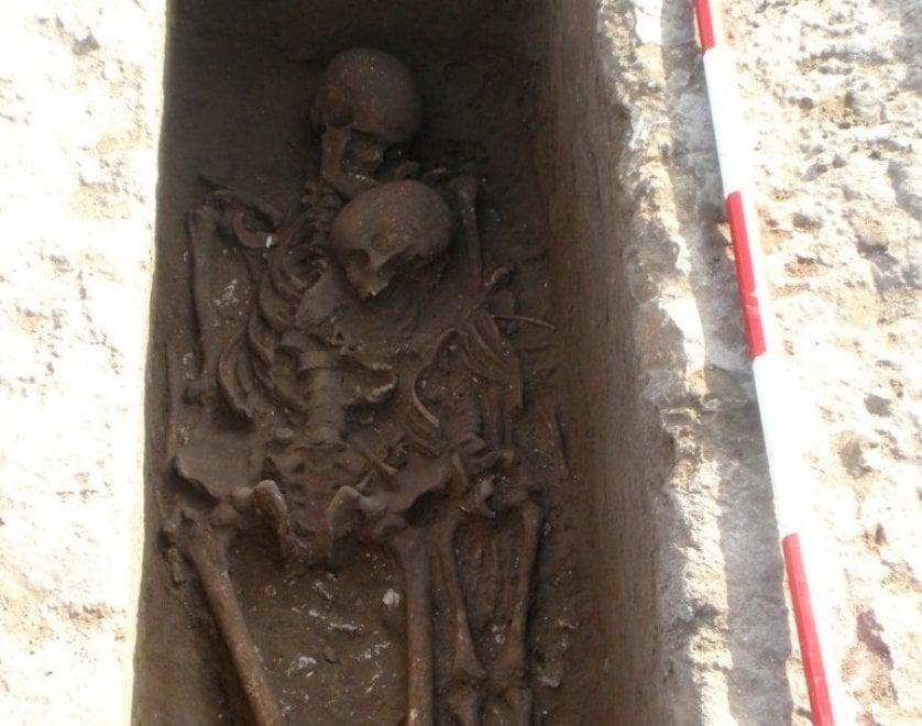 Salento, un abbraccio lungo 2.500 anni: bambino e genitore insieme nella tomba messapica