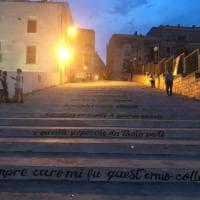 L'infinito di Leopardi sulla scalinata, la poesia invade Bisceglie