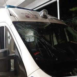 Andria, sasso contro ambulanza sulla strada per Corato. Infermiere ferito da schegge