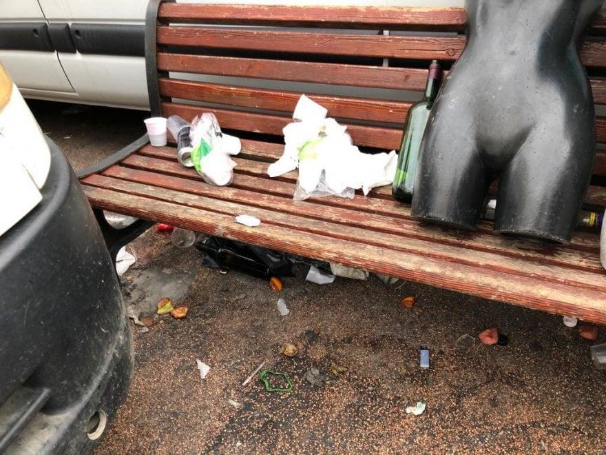 """Bari, ancora un 'botellon' e piazza Lorusso diventa una discarica. L'Amiu: """"Festeggiate, ma rispettateci"""""""