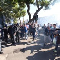 Bari, la protesta dei pescatori in città: petardi e traffico bloccato