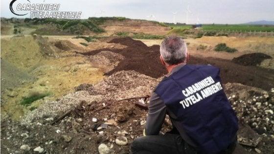 Colline nere di bitume tra ulivi e vigneti del Foggiano: 13 persone denunciate