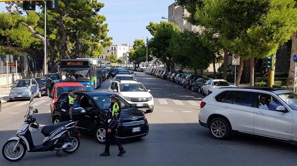 Bari, lungomare chiuso e porto bloccato: traffico nel caos per la protesta dei pescatori