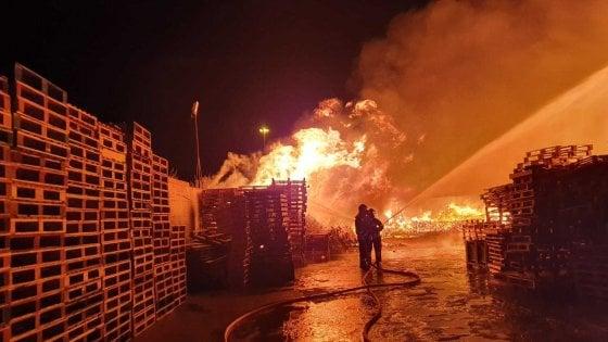 Andria, incendio distrugge deposito di legname. E' la seconda volta in due anni