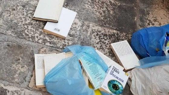 Bari, decine di libri nella spazzatura: 25enne li recupera e li dona a scuola e universitari