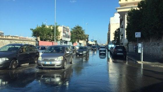Bari, si rompe una condotta idrica in centro: pressione dell'acqua ridotta, arrivano le autobotti
