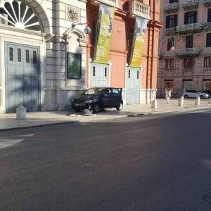 Bari, 75enne alla guida si schianta contro le barriere del Petruzzelli e le distrugge