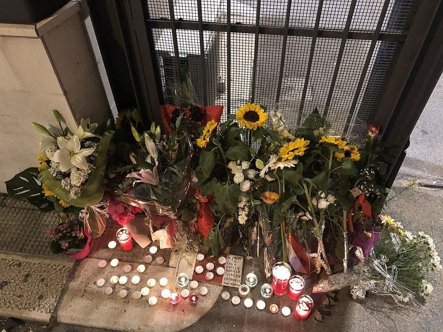 Poliziotti ucciso a Trieste, davanti alla Questura di Bari fiori e lumini per le 2 vittime