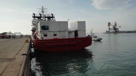 Taranto, arrivata l'Ocean Viking: a bordo 176 migranti tra loro 33 minori e 4 donne incinte