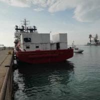 Taranto, arrivata l'Ocean Viking: a bordo 176 migranti tra loro 33 minori e 4 donne...