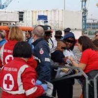 Taranto, tra i migranti sbarcati un 15enne nigeriano ridotto in schiavitù, torturato e...