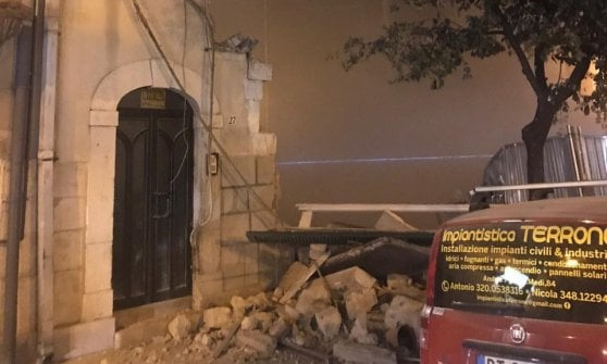 Andria, part of a building collapses in the center: a woman and a firefighter are injured