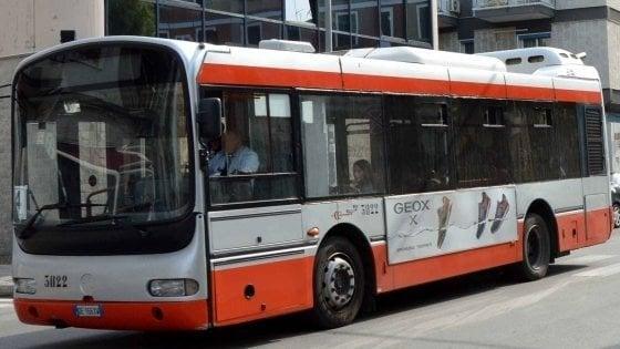 Bari, lite sul bus: lancia il cellullare contro il compagno ma ferisce un altro passeggero
