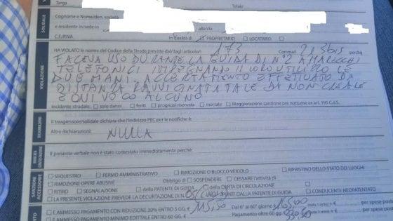 Bari, automobilista sorpreso alla guida con due cellulari: con uno parlava, con l'altro chattava