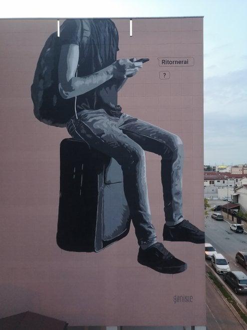 """'Ritornerai', ad Andria il murale sui giovani del Sud costretti a emigrare: è """"un pugno nello stomaco"""""""