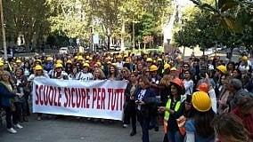 """I presidi in piazza per la sicurezza: """"Noi  senza fondi e con troppe responsabilità"""""""