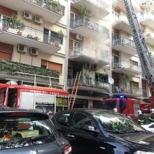 Bari, incendio in uno studio dentistico in corso Mazzini. Paura e traffico in tilt