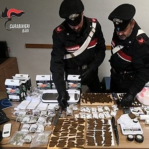Bari, sette arresti durante blitz antidroga: colti in flagrante con dosi di cocaina e hashish