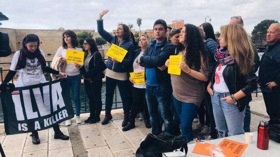 """Le mamme di Taranto s'incatenano per chiedere la chiusura dell'ex Ilva: """"Sogniamo un futuro diverso"""""""