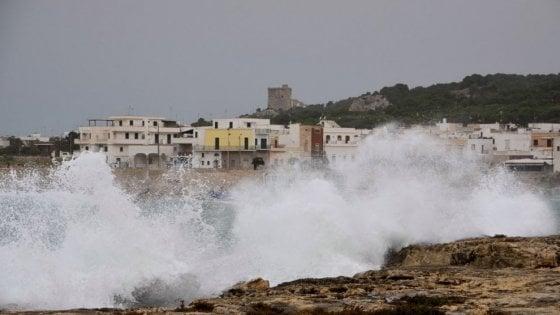 Maltempo, allerta arancione sulla Puglia: raffiche di scirocco e temporali. Scuole chiuse in Salento