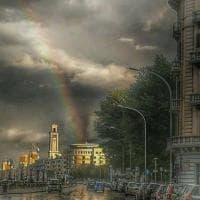 Bari, l'arcobaleno sul lungomare squarcia il maltempo