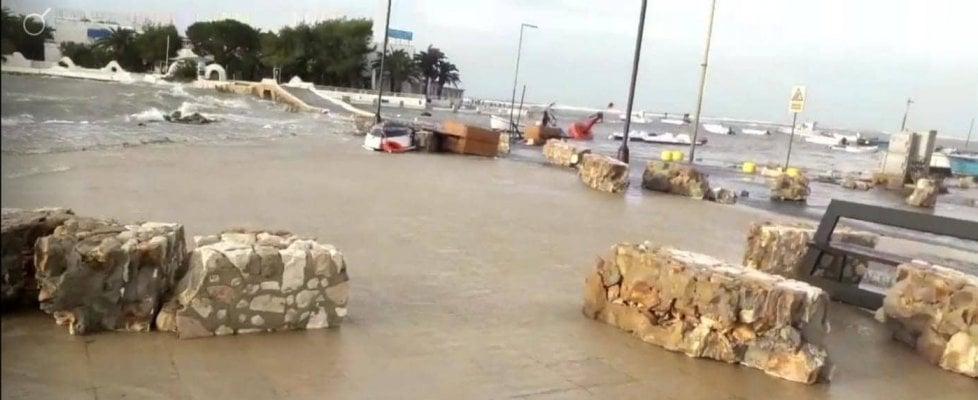 Maltempo, tromba d'aria a Porto Cesareo: barche trascinate per centinaia di metri. Gallipoli allagata