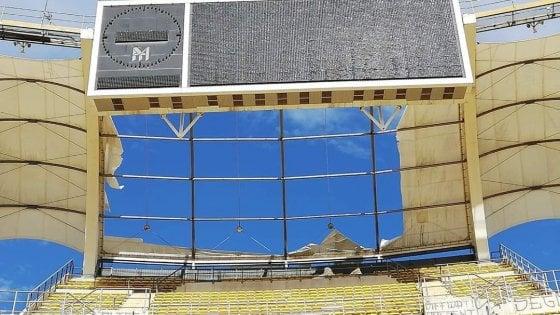 Maltempo |  a Bari il vento lacera il telone di copertura dello stadio progettato da Renzo