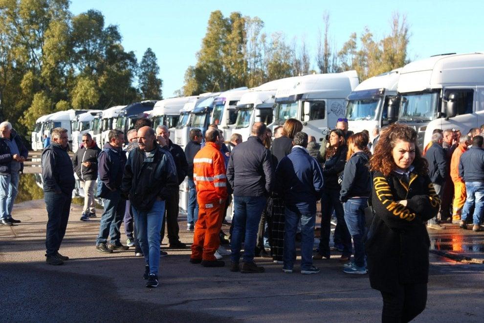 Taranto, i camion dell'indotto Ilva bloccano le merci in uscita