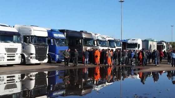 Ex Ilva, a Taranto presidio a oltranza degli autotrasportatori Le aziende dell'indotto ritirano gli operai
