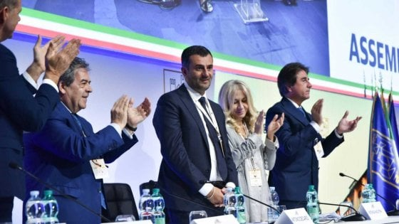 """Anci, Antonio Decaro (Pd) rieletto per acclamazione 'sindaco dei sindaci italiani': """"Rendiamo l'Italia più giusta"""""""
