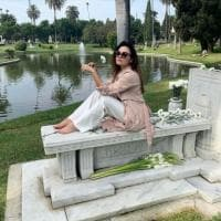 Seduta sulla tomba del nonno per una foto social: bufera sulla figlia di Al Bano e Romina