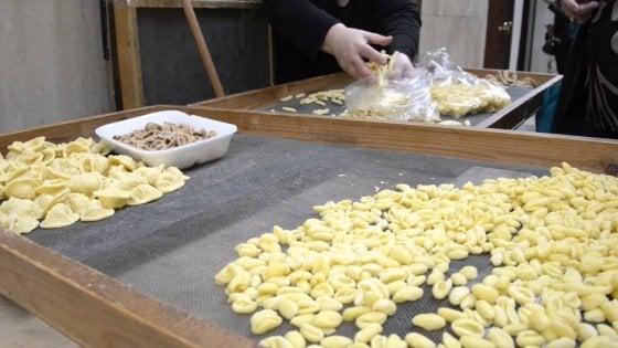 Mano dura contro le orecchiette fatte a mano a Bari vecchia: sequestrate perché senza etichetta