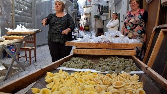 """Orecchiette, le signore di Bari vecchia contro le multe e i controlli: """"Siamo un simbolo della città"""""""