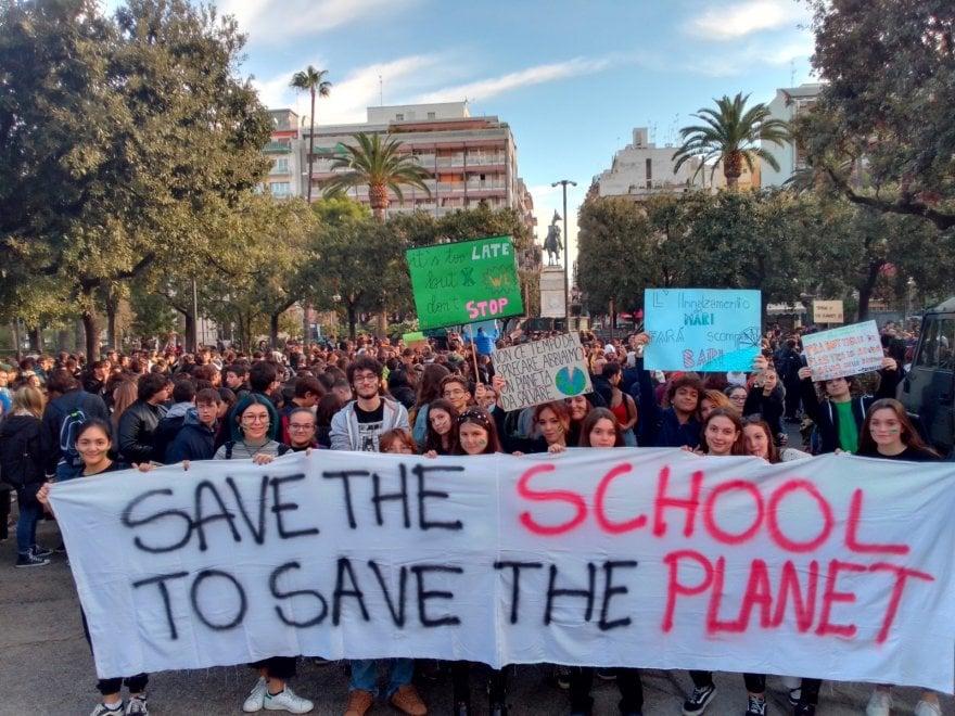 """Fridays for future, a Bari centinaia in piazza: """"Vogliamo cambiare il sistema, non il clima"""""""