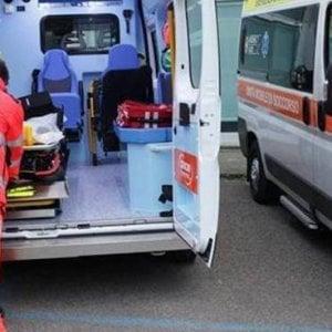 Lecce, colpito da un ramo mentre pota un pino: muore operaio 49enne