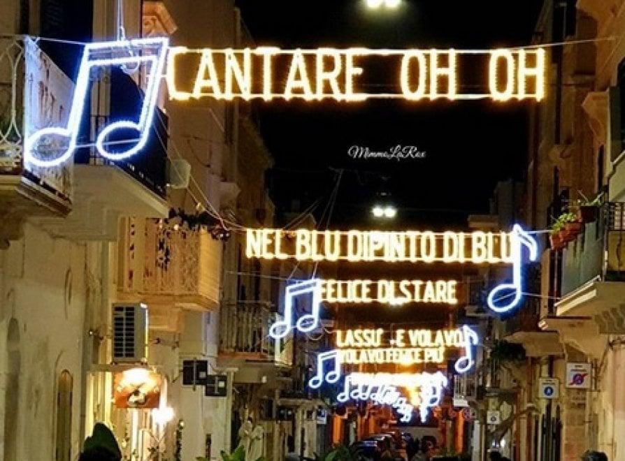 Polignano a Mare, le luci di Natale 'cantano' Domenico Modugno e conquistano i social