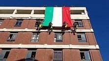 Barletta, tricolore aperto sulla facciata del Comune