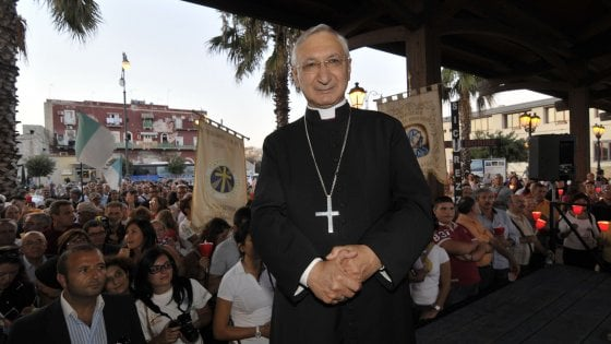 """Ex Ilva Taranto, il vescovo Santoro: """"Esuberi inaccettabili, lo Stato contribuisca a una cordata italiana"""""""