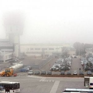 Nebbia a Bari, cancellati voli in partenza. Undici aerei in