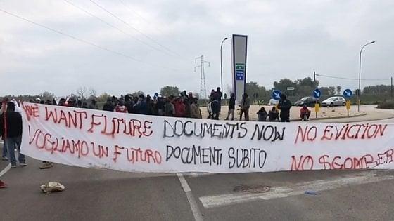 Foggia, migranti bloccano accesso a ipermercato: sassi lanci