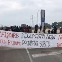 Foggia, migranti bloccano accesso a ipermercato: sassi lanciati contro la