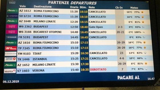 Nebbia a Bari, aeroporto bloccato: cancellati decine di voli. Aerei in arrivo dirottati a Brindisi