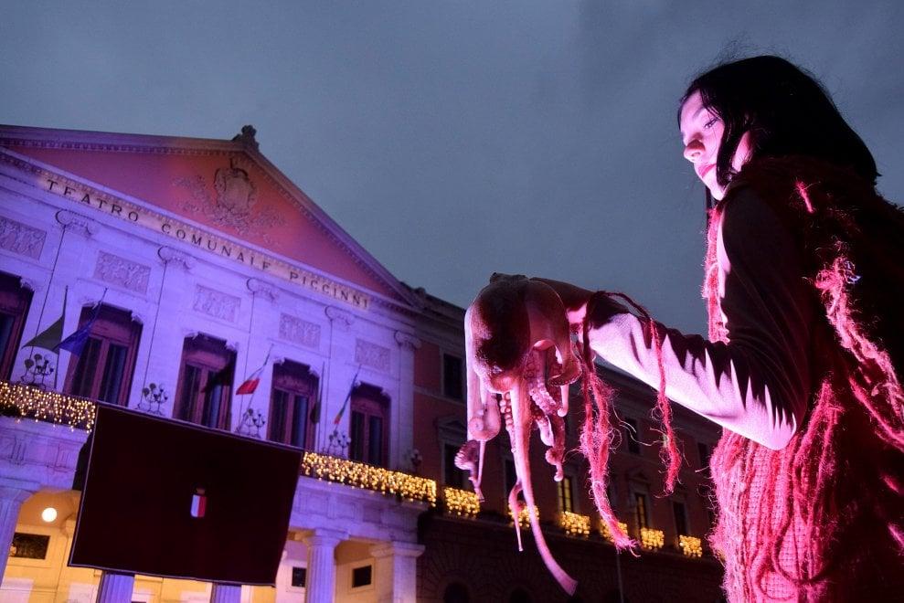 Bari, anche i polpi vivi per la festa dei baresi che si riprendono il teatro Piccinni
