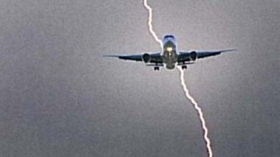 Fulmine colpisce aereo Londra-Bari, passeggeri bloccati in aeroporto tutta la notte. Ryanair li rimborsa con 3 buoni pasto