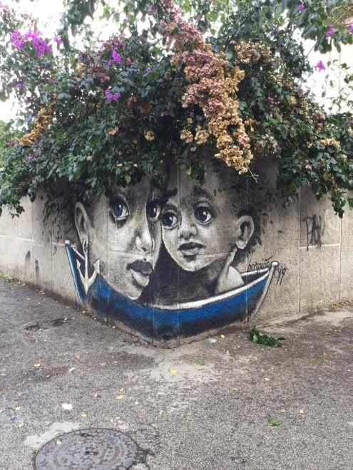 Accoglienza e natività: il murale che incanta Barletta