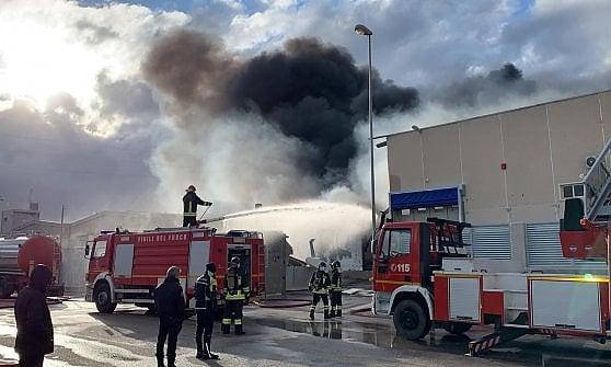 Barletta, incendio in azienda trattamento rifiuti: distrutto capannone. Il Comune: chiudete le finestre