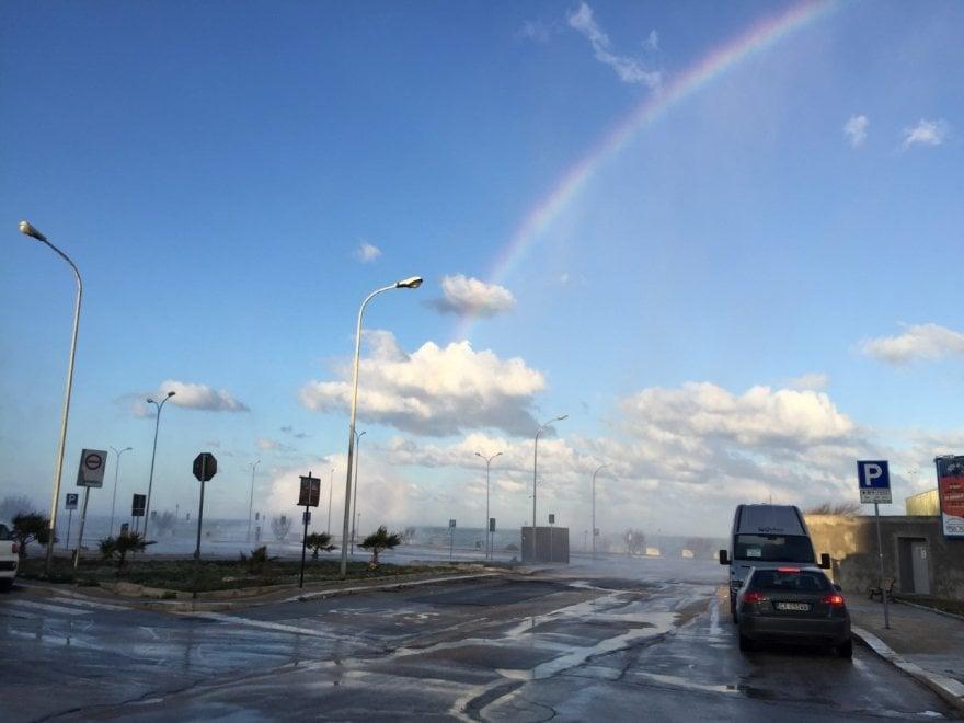 Tra arcobaleno e mare in tempesta: tutti i colori di Polignano