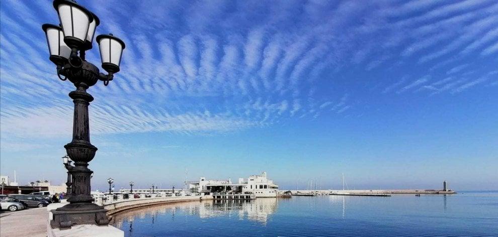 Pennellate di bianco sui cieli pugliesi, lo strano effetto delle nuvole