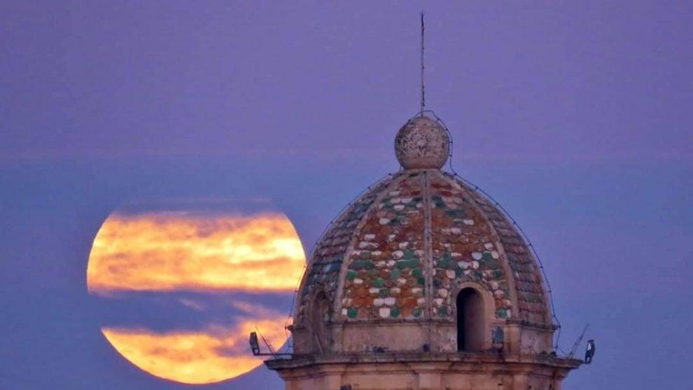 Luna piena in Puglia, il cielo è fiabesco